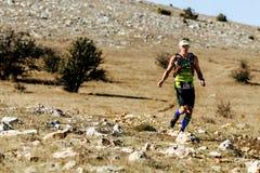 Athletenläuferführer des Marathonlaufens auf Gebirgspfad Stockbilder