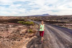Athletenläuferspur, die in Naturberge läuft stockfotos