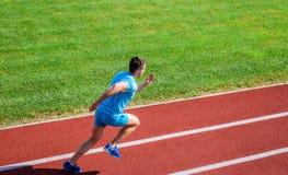Athletenlaufbahn-Grashintergrund Seitentrieb in der Bewegung Viele Läufer wie Herausforderung von ihre Ausdauer außen verlängern stockfotos