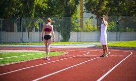 Athletenmädchen, das am Stadion läuft Lizenzfreies Stockfoto