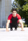 Athletenmann, der Pushups bildet lizenzfreies stockfoto
