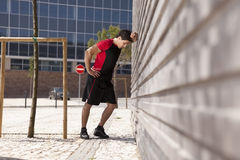 Athletenmann ermüdet lizenzfreies stockfoto