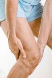Athletenmann-Gefühlsschmerz zum Knie stockfotografie