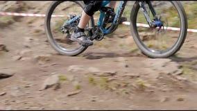 Athletenradfahrer abwärts stock footage