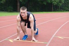Athletentraining Athlet auf der Tretmühle am Stadion Lizenzfreie Stockfotos
