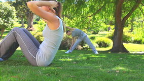 Athletic couple exercising outdoors Royalty Free Stock Photos