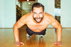Athletic man making push ups Royalty Free Stock Photos