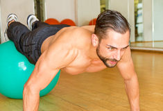 Athletic man making push ups Royalty Free Stock Photos