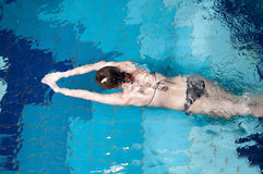 Athletic swimmer is diving in a swimming pool Royalty Free Stock Photos