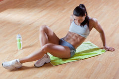 Athletic trainer shows examples of exercises Royalty Free Stock Photos