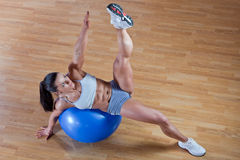Athletic trainer shows examples of exercises Royalty Free Stock Photography