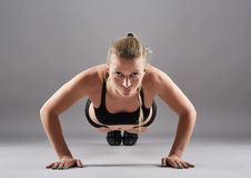 Athletic woman doing pushups Royalty Free Stock Photography