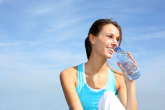 Athletic woman drinking water Royalty Free Stock Images