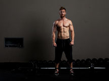 Athletic young man lifting weights Royalty Free Stock Photos