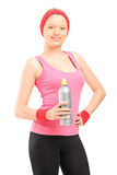 Athletic young woman in sportswear holding a bottle of water Royalty Free Stock Photos