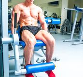 Athletically byggd idrottsman i idrottshallen Arkivfoto