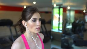 Athletische attraktive kaukasische junge Frau, die Herz Übung in der Turnhalle tut Eignungsmädchen, sportwoman in der rosa Spitze stock video