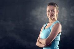 Athletische blonde Frauen-tragendes Trägershirt Stockfotografie