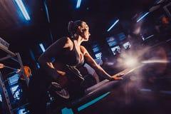 Athletische Bodybuilderfrau mit Dummköpfen schönes blondes Mädchen mit den Muskeln Gymnastik Lizenzfreie Stockbilder