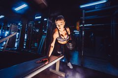 Athletische Bodybuilderfrau mit Dummköpfen schönes blondes Mädchen mit den Muskeln Gymnastik Stockfotos