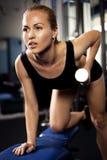 Athletische Dame, die Training mit Gewichten tut Lizenzfreie Stockfotos