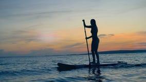Athletische Dame im Sonnenuntergang Sommerurlaubsreisekonzept stock video