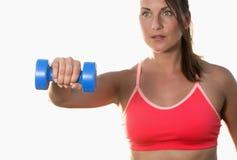 Athletische Frau arbeitet mit Dumbbells aus Stockfoto