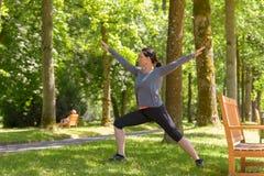 Athletische Frau, die in einem Frühlingspark ausarbeitet lizenzfreie stockfotos