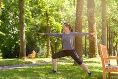 Athletische Frau, die in einem Frühlingspark ausarbeitet stockfotos
