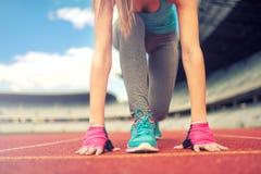 Athletische Frau, die einen Stoß oder einen Lauf an der Laufbahn anstrebt Gesundes Eignungskonzept mit aktivem Lebensstil Instagr Stockbild