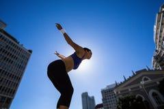 Athletische Frau, die für Sprung sich vorbereitet Lizenzfreies Stockbild