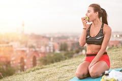 Athletische Frau, die nachdem dem Ausarbeiten stillsteht Lizenzfreie Stockfotografie