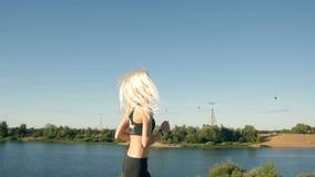 Athletische Frau, die nahe dem Strand läuft Weiblicher rüttelnder Läufer Im FreienTraining