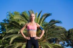 Athletische Frau mit dem schlanken Körper, der Pause nach Eignung draußen ausbildend macht Stockbilder
