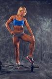 Athletische Frau mit Gewichten Stockbild