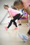 Athletische Frauen, die Übungen ausdehnend tun Stockfoto