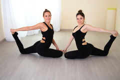 Athletische Frauen kleideten in der schönen Sportkleidung an, die Yogahaltung tut Stockbilder