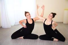 Athletische Frauen kleideten in der schönen Sportkleidung an, die Yogahaltung tut Lizenzfreies Stockbild