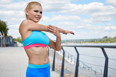 Athletische Gestalt der geeigneten dünnen Konstitution der Sportkleidung der Athletenfrauen Lizenzfreie Stockfotografie