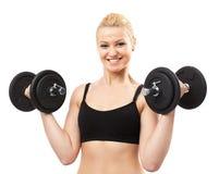 Athletische junge Dame, die mit Gewichten ausarbeitet Lizenzfreies Stockfoto