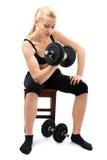 Athletische junge Dame, die mit Gewichten ausarbeitet Stockbild