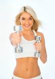 Athletische junge Dame, die Training mit Gewichten tut Stockfoto