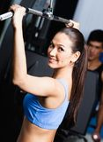 Athletische junge Frau arbeitet in der Gymnastik aus Stockfotos
