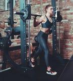 Athletische junge Frau, die Laufleinen tut lizenzfreie stockbilder