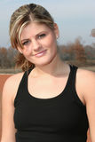 Athletische junge Frau draußen an der Spur Stockfoto