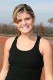 Athletische junge Frau draußen an der Spur Lizenzfreie Stockfotos