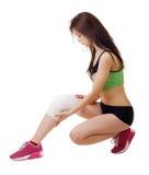 Athletische junge Frau mit elastischer Binde auf seinem Bein Getrennt Stockbild