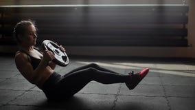 Athletische muskulöse Frauenzug-ABS, das Verdrehen in der Zeitlupe in der Turnhalle tuend stock video