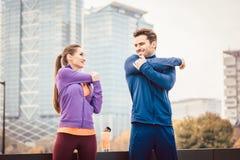 Athletische Paare, die für bessere Eignung in der Stadt trainieren stockfotos