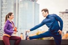 Athletische Paare, die für bessere Eignung in der Stadt trainieren lizenzfreie stockbilder
